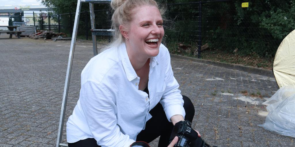 Behind the scenes: De fotografe, die iedereen aan het glimlachen krijgt